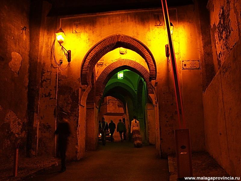 вход в древнюю Касбу ночь
