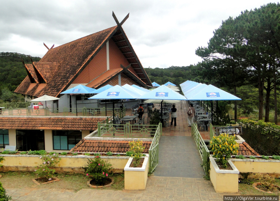 Здесь можно перекусить и попробовать вьетнамский кофе