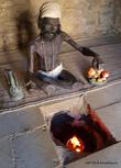 Огнепоклонник готовит пищу