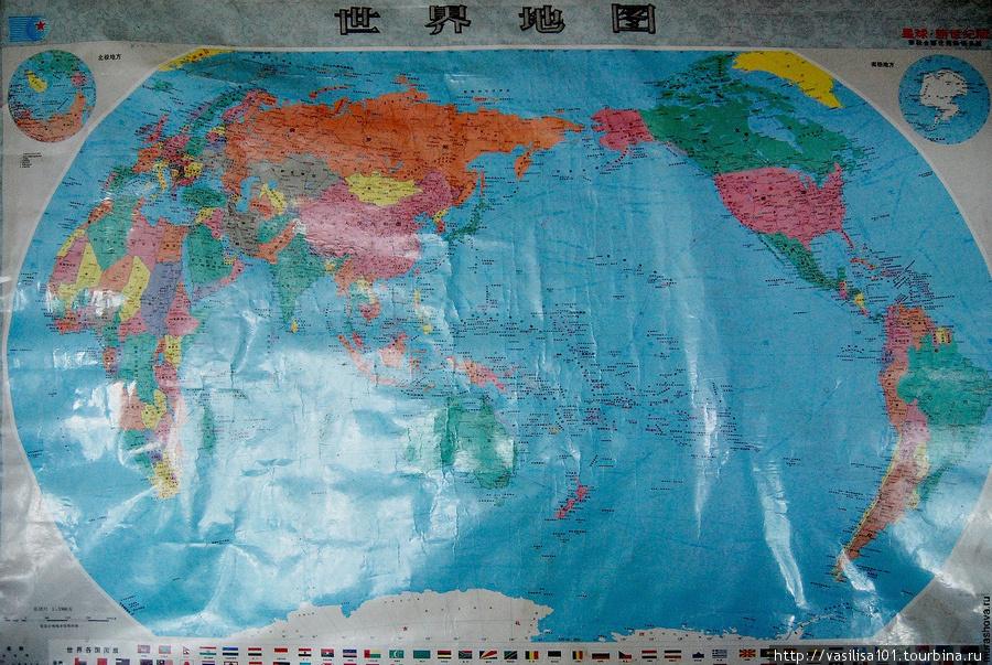Китайский вариант карты мира, в центре — Юго-восточная Азия. Проекция тоже нетипичная для российских карт.