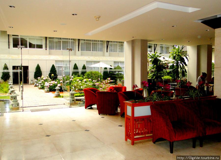 Вид из холла на внутренний дворик и второй корпус