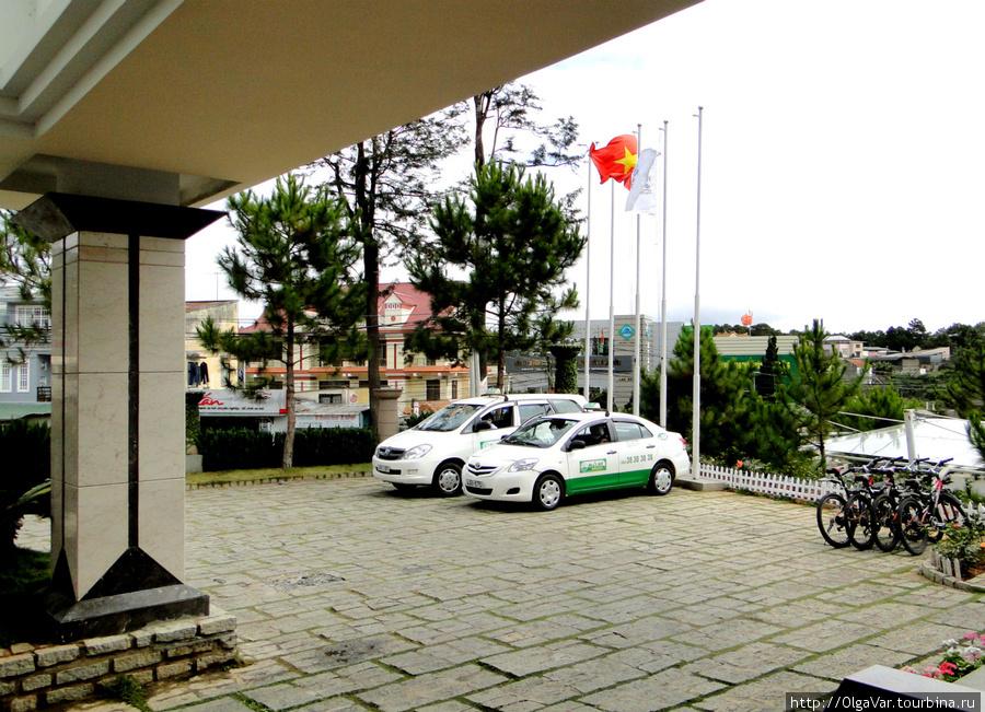 Перед входом — небольшая площадка для парковки автомашин