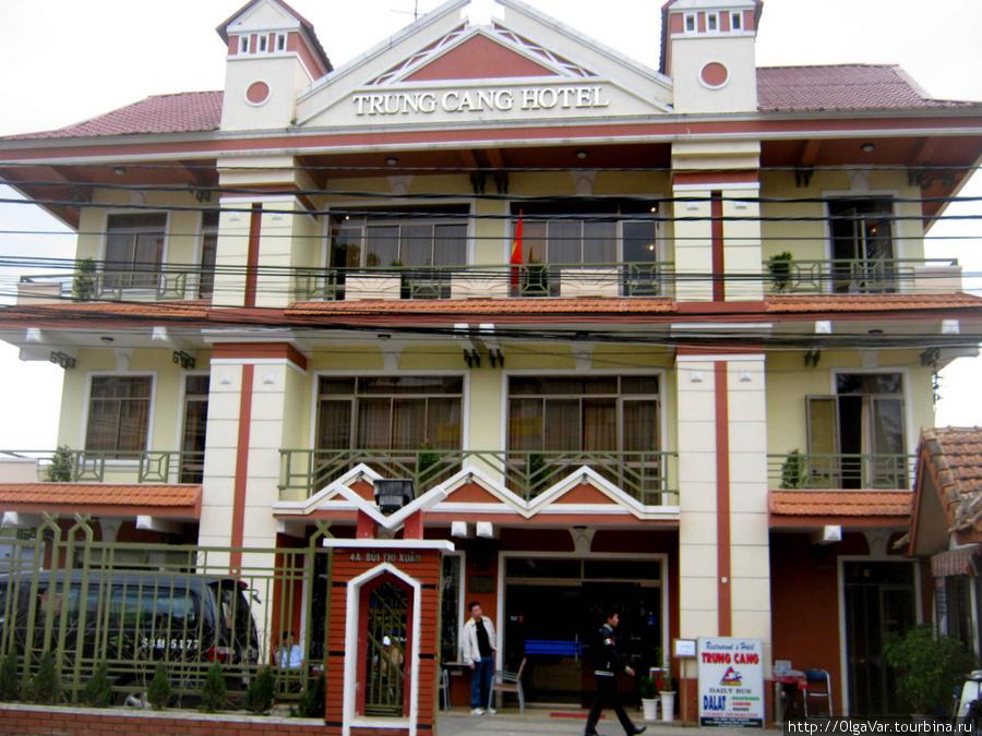 Отель Trung Cang — именно в этот отельчик переехала, покинув Голубую Луну