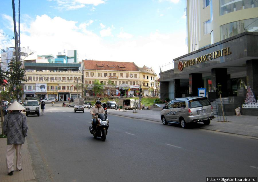 А напротив — более современный River Prince Hotel,  отель для высочайших особ и предпринимателей