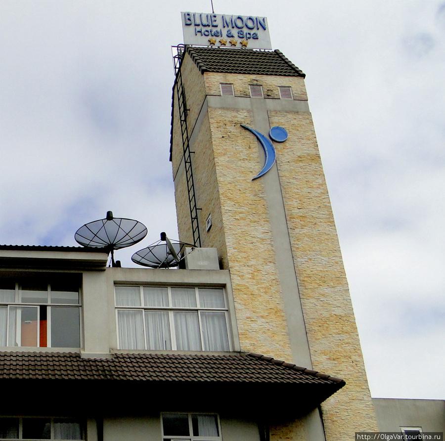 Отличительная черта отеля — башенка с голубой луной