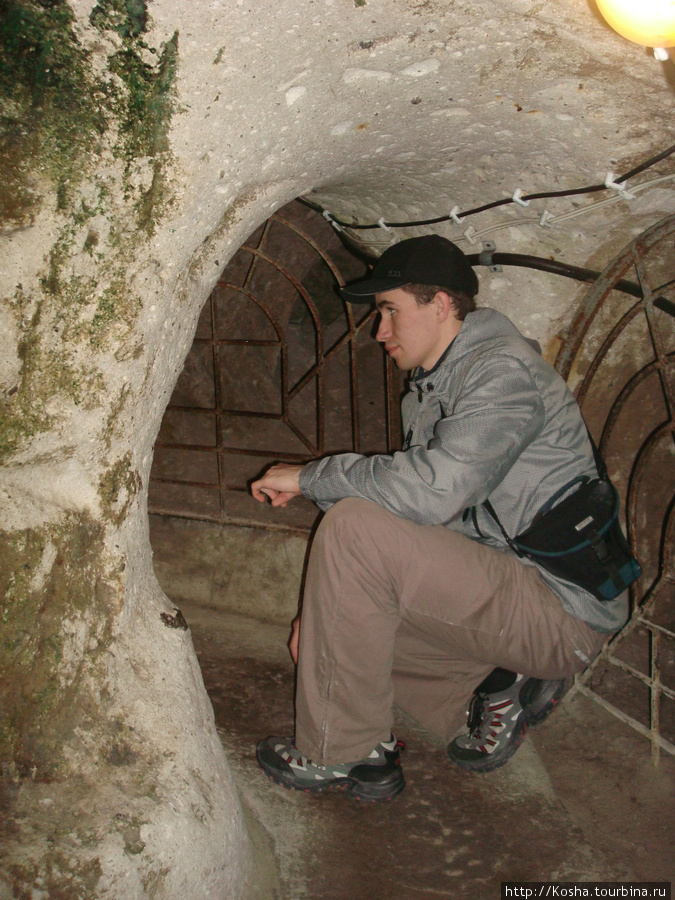 вот так мы и лазили по катакомбам