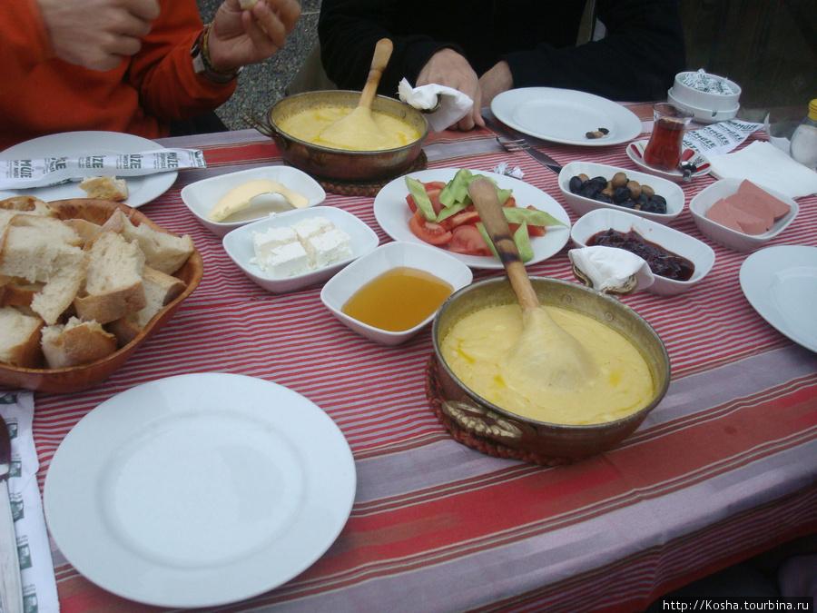 турецкий завтрак. и хлеб!!! вчетвером мы съели 3 или 4 таких корзиночки.