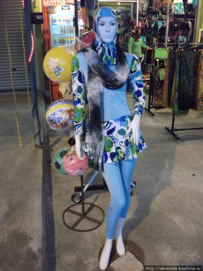 купальный костюм и игриво наброшенный шарф, очевидно, дабы прикрыть постыдную наготу, бросающуюся в глаза)))