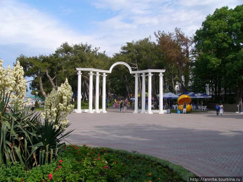 Белоснежная колоннада Лермонтовского бульвара.