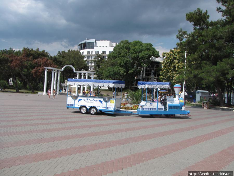 Паровоз с весёлыми вагончиками прокатит по Лермонтовскому бульвару.