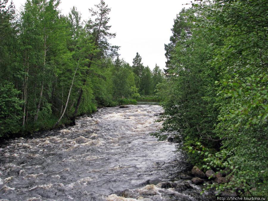 Этот бурлящий поток заканчивается мостом с клиновидными опорами. Порог