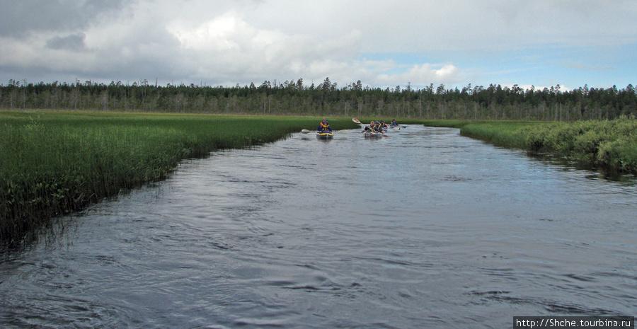 Байдарки идут быстрее катамарана, по этому после выходов на берег катамаран выходит первым. А эти догоняют.