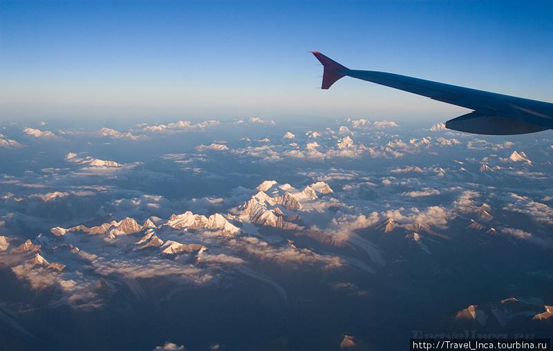 Гималаи под крылом самолета.