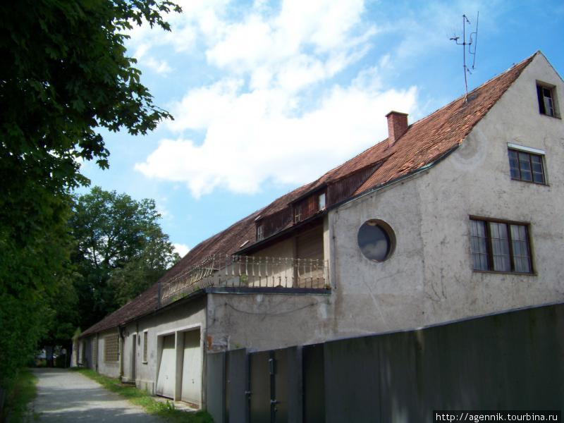 Тропа и дома вдоль крепостных стен