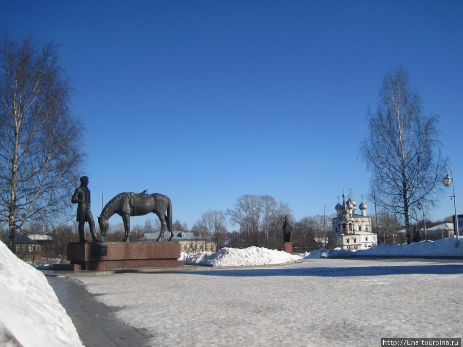 Вологодская панорама: памятник Н.К. Батюшкову и церковь в Заречье