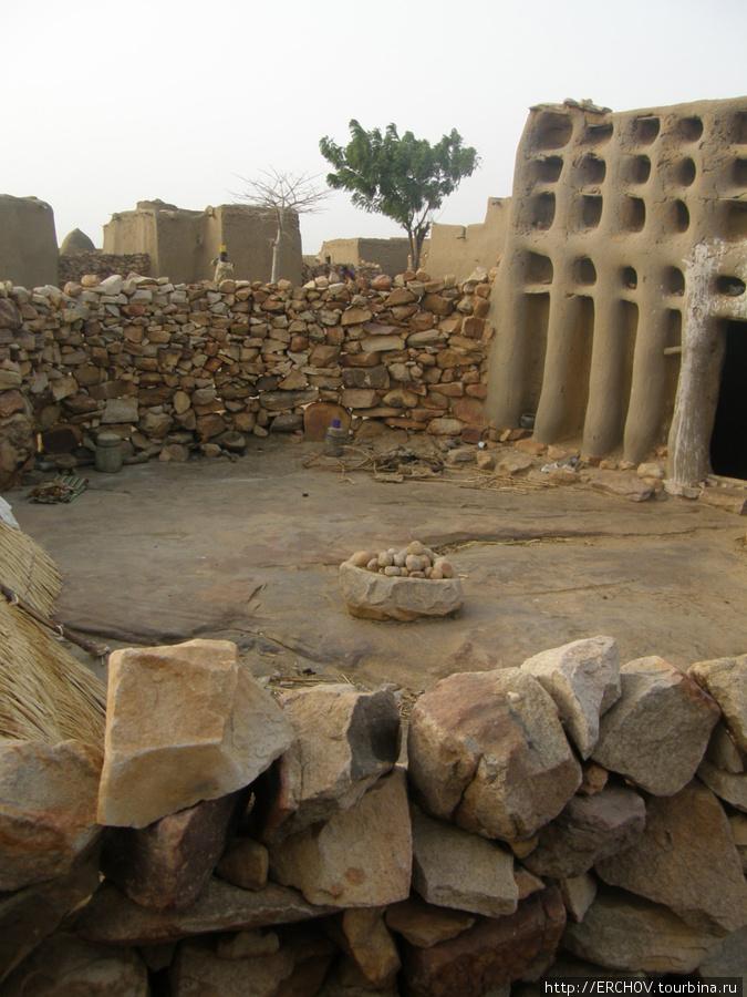 Колдовское жилище. В центре сложены камни — души ушедших марабу.