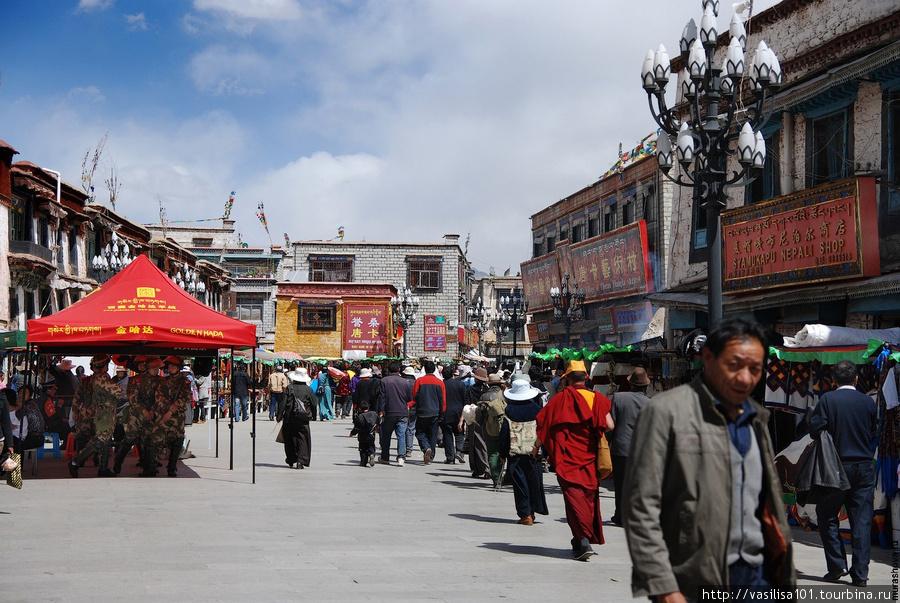 Китайские военные на улице Лхасы