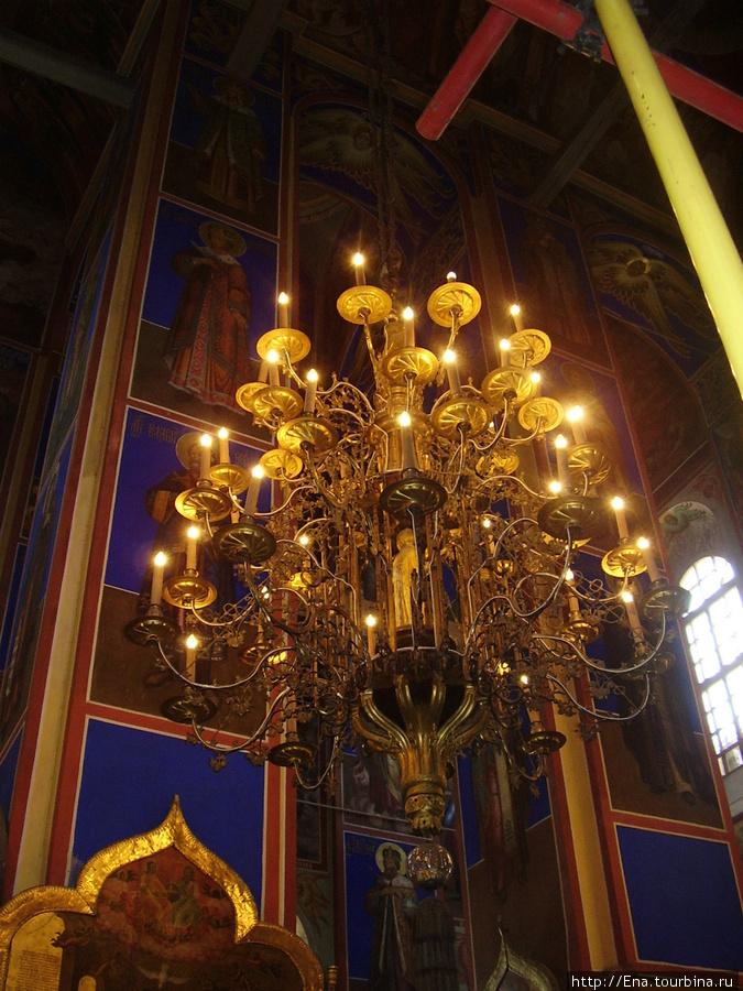 22.05.2010. Суздаль. Кремль. В Рождественском соборе. Богатый светильник