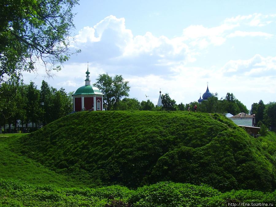 22.05.2010. Суздаль. Вид на крепостные валы, Успенскую церковь и купола Рождественского собора