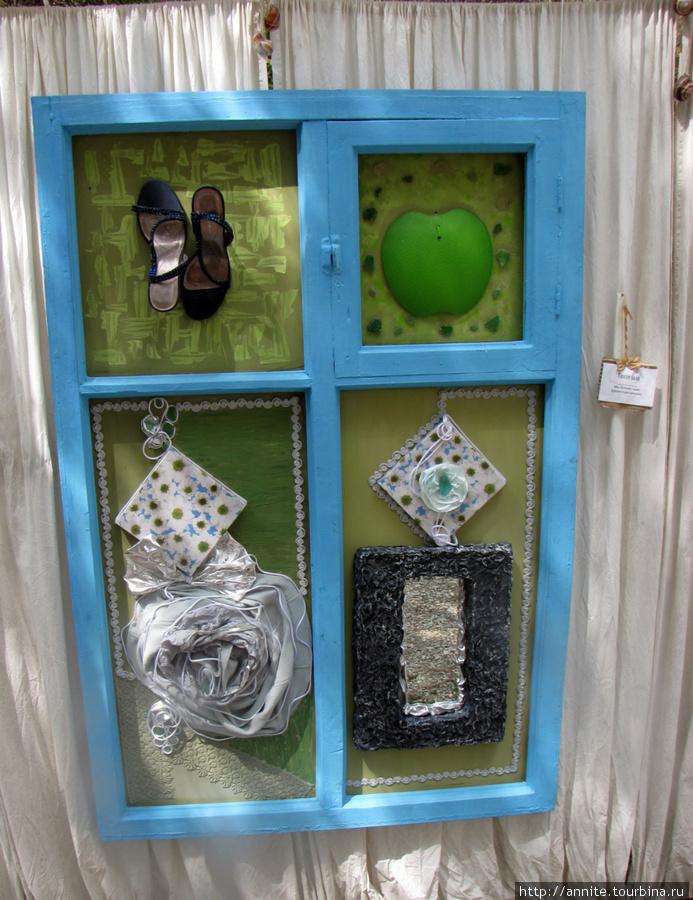 После бала. Туфельки, юбка, подарочная коробка, зеркальце. Если все это больше не пригодится девушке, то может послужить прекрасным видом из окна.