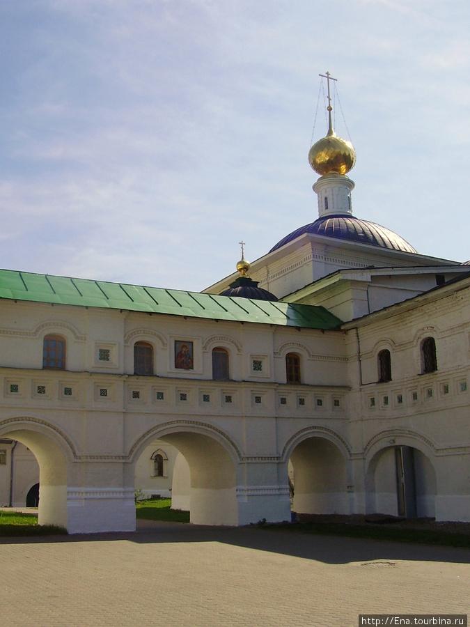 11.05.2008. Поездка на Толгу.  В стенах монастыря. Крестовоздвиженский храм