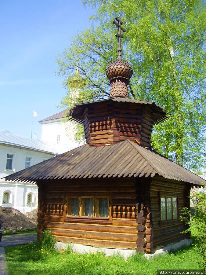 11.05.2008. Поездка на Толгу.  В стенах монастыря. Накладезная часовня со святой водой