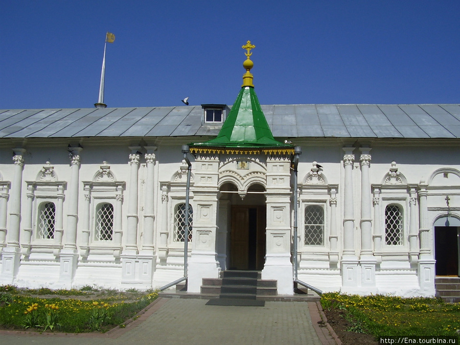 11.05.2008. Поездка на Толгу.  В стенах монастыря. Крыльцо Спасского храма