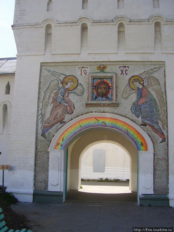 11.05.2008. Поездка на Толгу.  В стенах монастыря. Ворота в светлую обитель