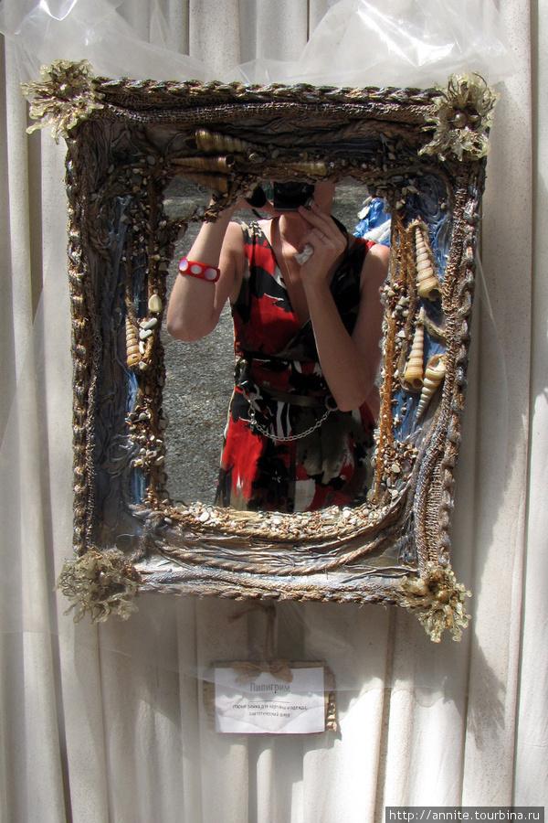 Пилигрим. Зеркало. Материалы: старая рамка для картины, одежда, синтетический шнур.
