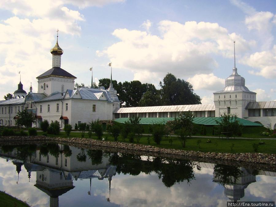 12.07.2009. Толгский монастырь. Монастырская стена, Никольский храм и пруд
