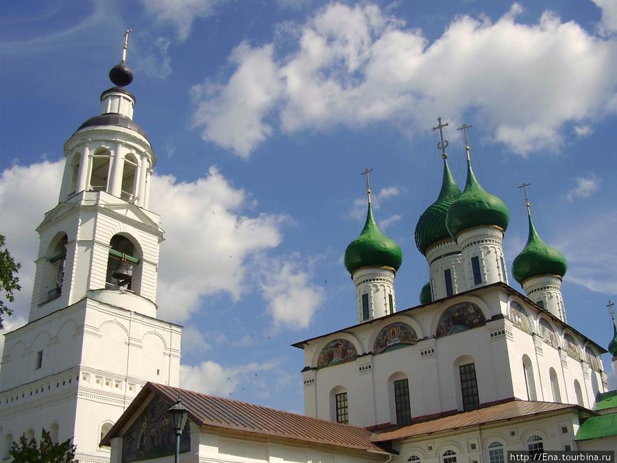 12.07.2009. Толгский монастырь. Звонница и Введенский собор