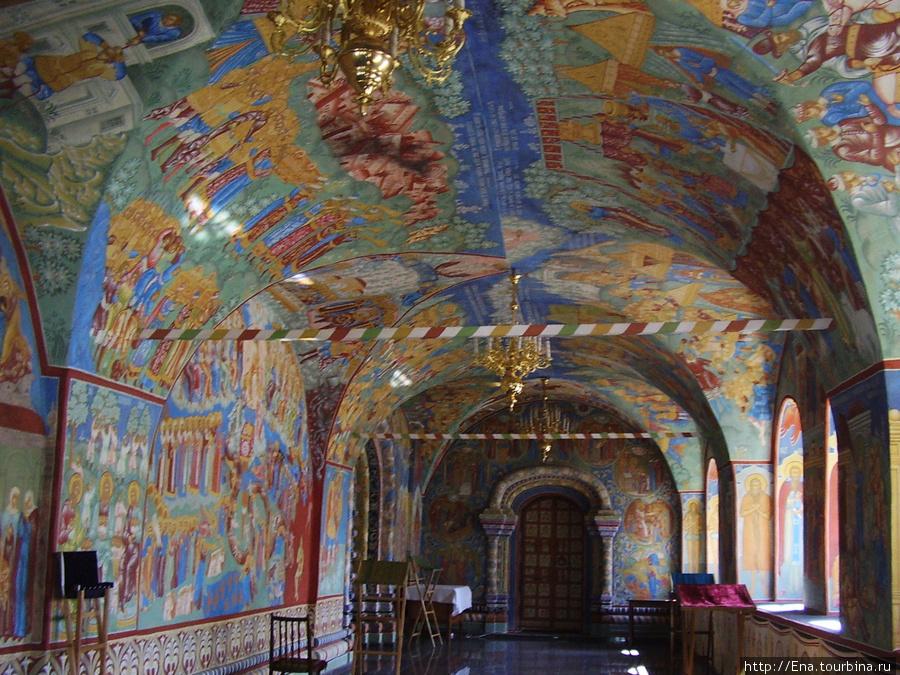 12.07.2009. Толгский монастырь. Росписи в южном пределе Крестовоздвиженского храма.