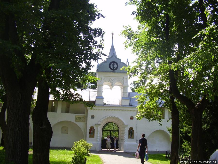 12.07.2009. Толгский монастырь. Вход в кедровник