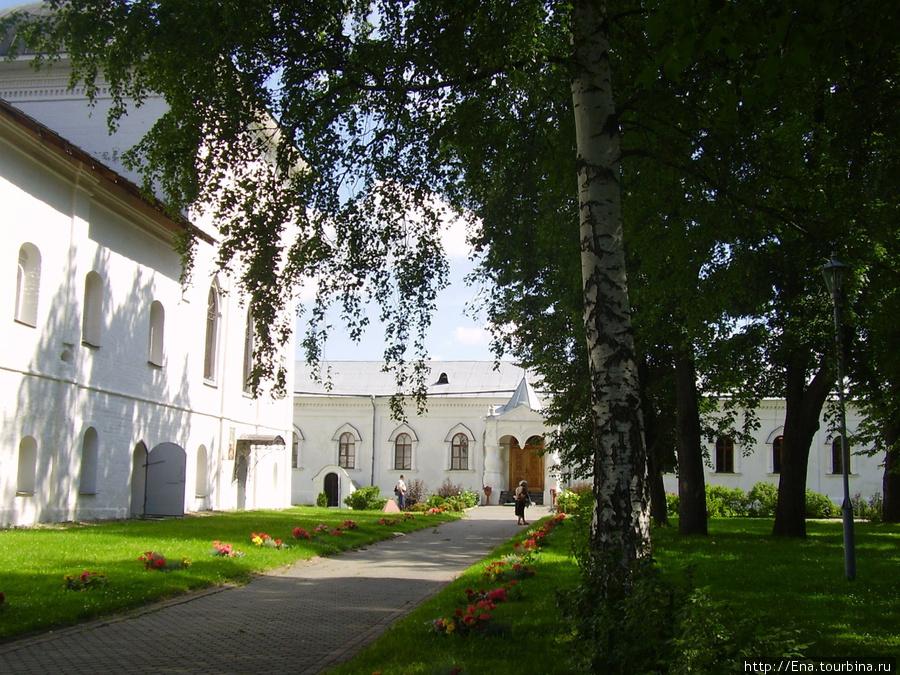 12.07.2009. Толгский монастырь. Дорожки и цветники