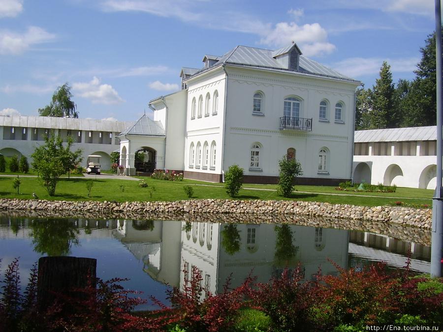 12.07.2009. Толгский монастырь. Кельи, монастырские стены и пруд