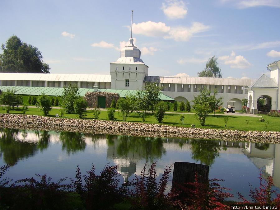 12.07.2009. Толгский монастырь. Пруд на фоне монастырских стен