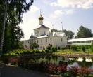 12.07.2009. Толгский монастырь. Никольский надвратный храм на фоне пруда.