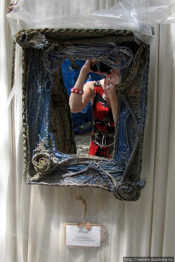 Легенда. Зеркало. Материалы: старая рамка для картины, одежда, синтетический шнур.