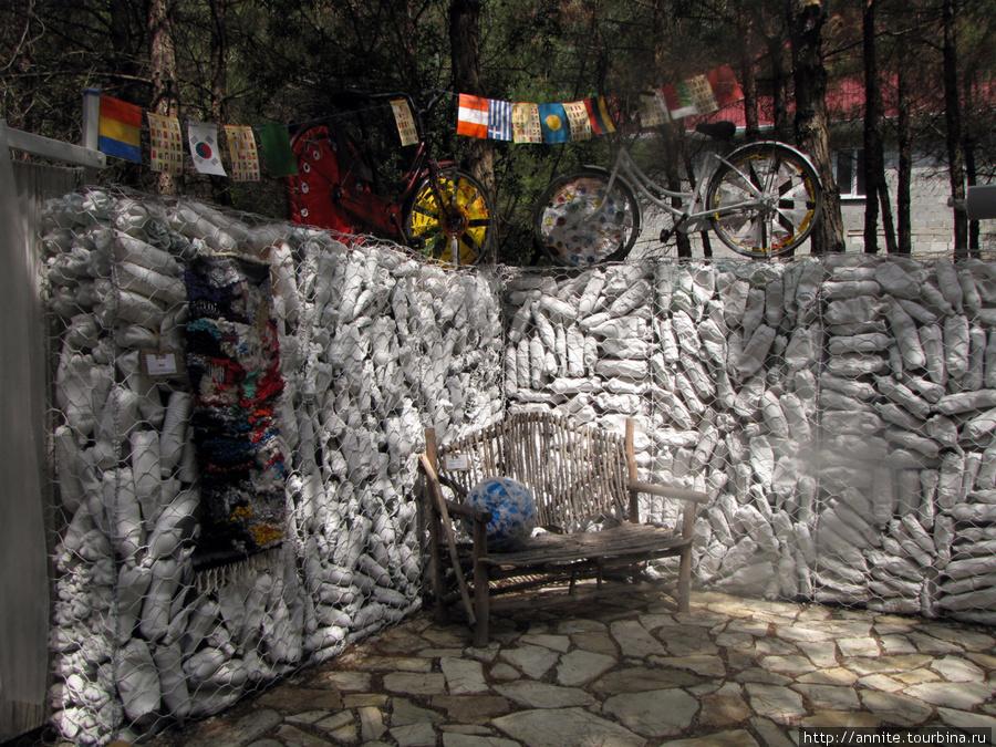 Усталый велосипед. Он обошел весь мир. Теперь стоит он на постаменте из пластиковых бутылок и, молча, но очень выразительно вещает о серьезной проблеме загрязнения нашей планеты.