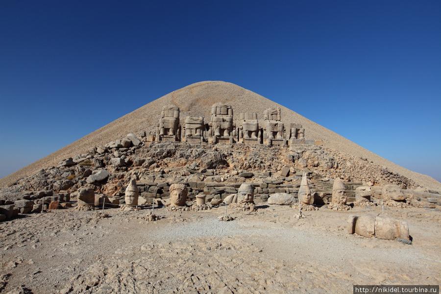 западная терраса святилища на Немрут Даги