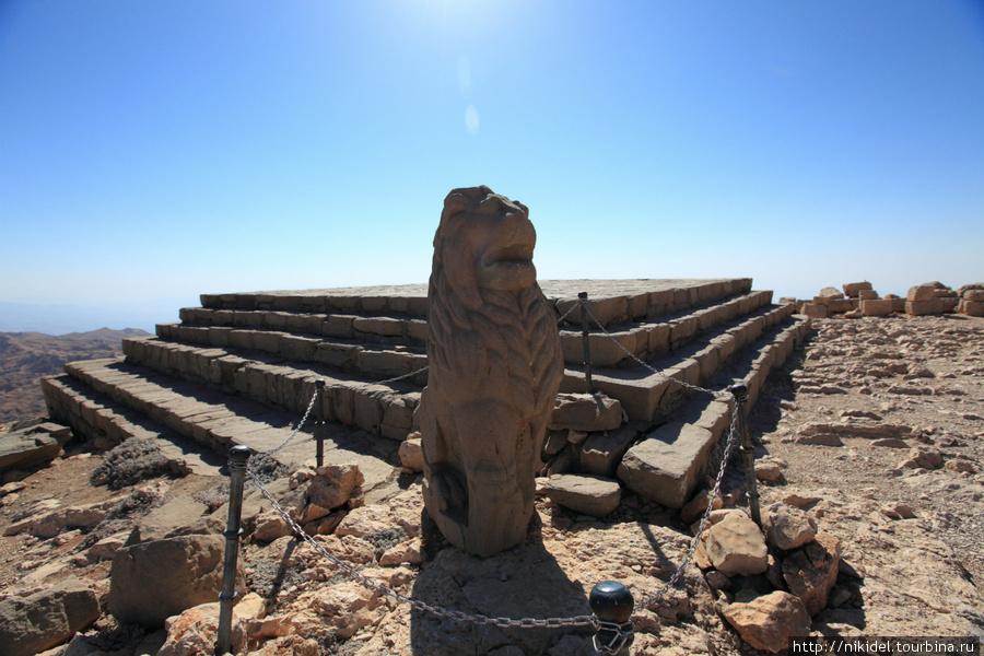 западная терраса святилища на Немрут Даги — остатки храма