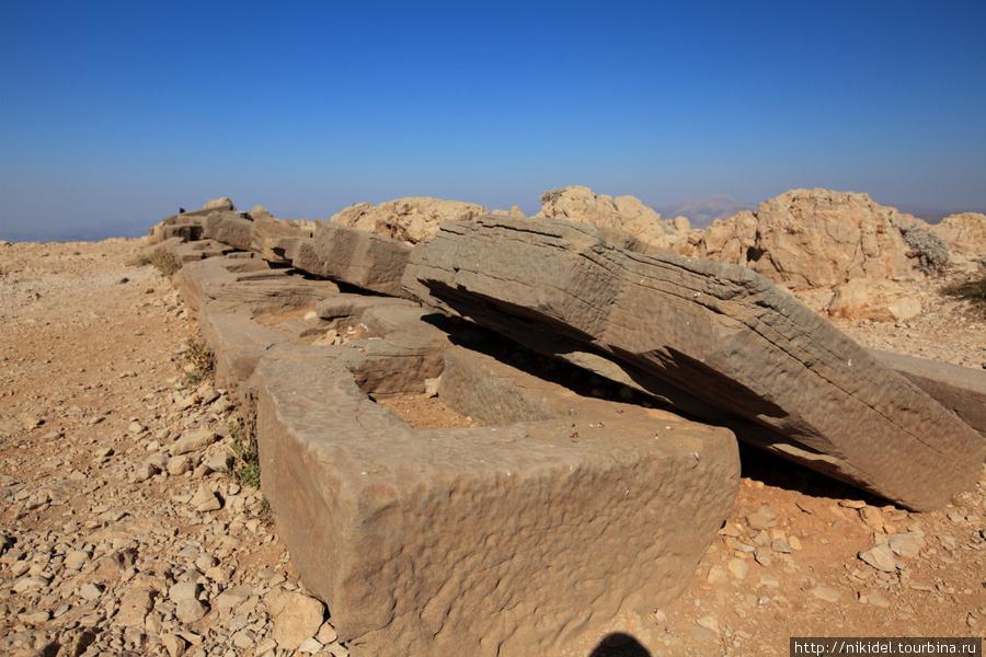 северная терраса святилища на Немрут Даги — крепления для стелл