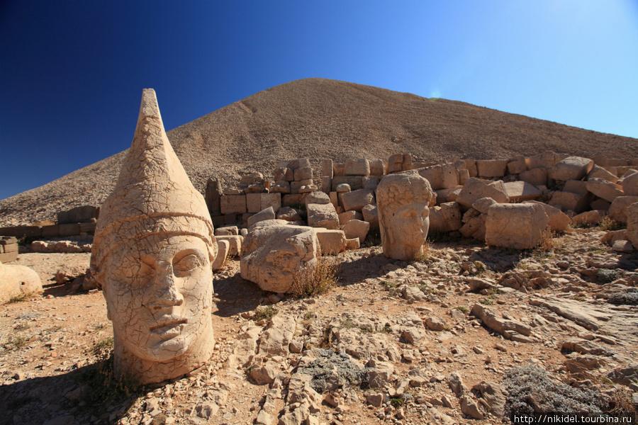 восточная терраса святилища на Немрут Даги —  Антиох и Тихе (Фортуна)