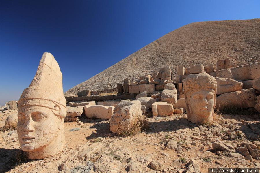 восточная терраса святилища на Немрут Даги — Антиох и Тихе