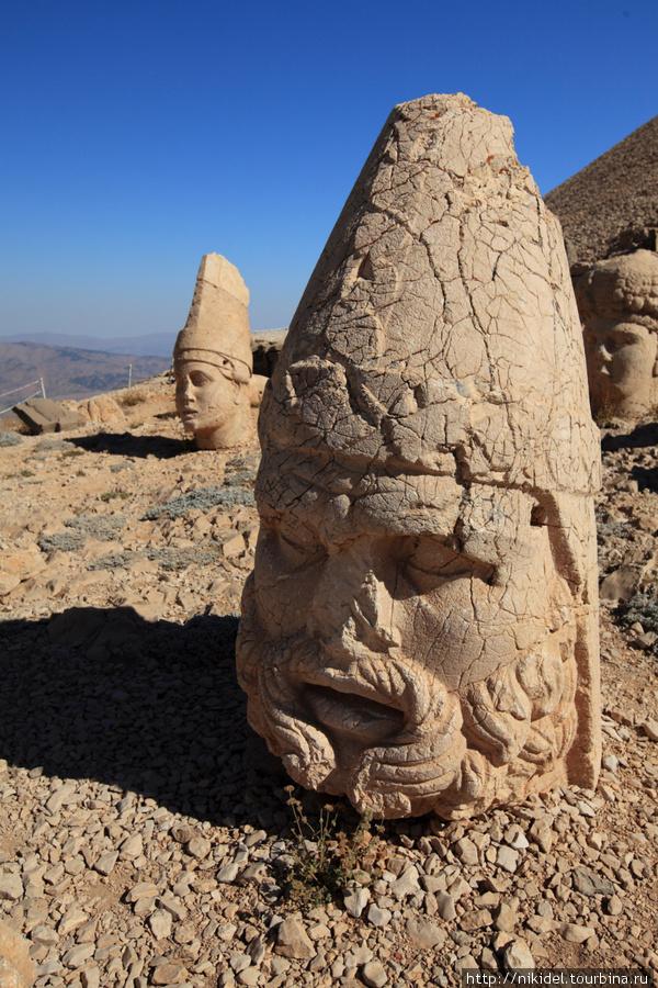 восточная терраса святилища на Немрут Даги — голова Зевса