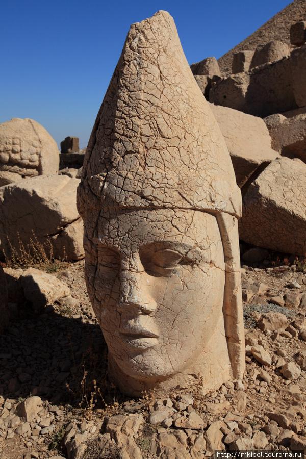 восточная терраса святилища на Немрут Даги — голова Апполона