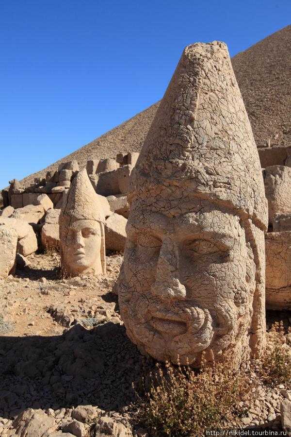 восточная терраса святилища на Немрут Даги — голова Геракла