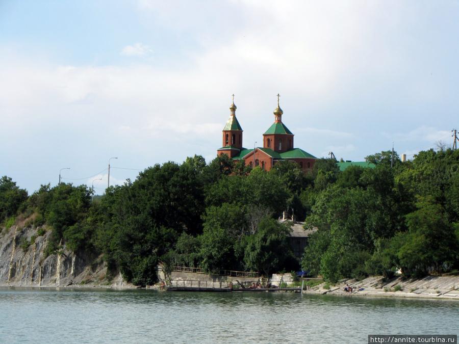 Озеро Абрау. Видны купола церкви Ксении Петербургской.