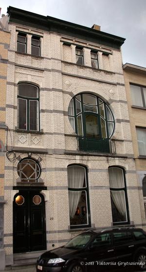 г. Синт-Никлас, Бельгия. ул. Принца Альберта № 20 (Prins Albertstraat 20). Этот дом был построен в стиле модерн в 1904 году. В 2003 году был отреставрирован, и сейчас охраняется как памятник архитектуры.