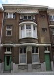 г. Синт-Никлас, Бельгия. Уникальная старинная улочка De Monseigneur Stillemansstraat. Здесь каждый дом выстроен в стиле Арт-деко. В 2002 году каждый дом на этой улице был отреставрирован, и охраняются как памятники архитектуры. А сама улица является охраняемым памятником городского пейзажа. На фотографии дом № 24.